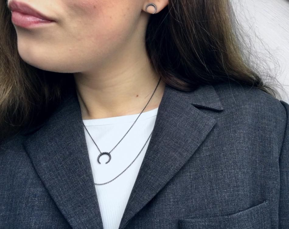 Styling by mathildemerete showing Honeycomb tusk Necklace Grey Rhodium, Anchor Chain Regular Grey Rhodium 60 cm and Honeycomb Tusk Ear Studs Grey Rhodium #jewellery #Jewelry #bangles #amulet #dogtag #medallion #choker #charms #Pendant #Earring #EarringBackPeace #EarJacket #EarSticks #Necklace #Earcuff #Bracelet #Minimal #minimalistic #ContemporaryJewellery #zirkonia #Gemstone #JewelleryStone #JewelleryDesign #CreativeJewellery #OxidizedJewellery #gold #silver #rosegold #hoops #armcuff #jewls…
