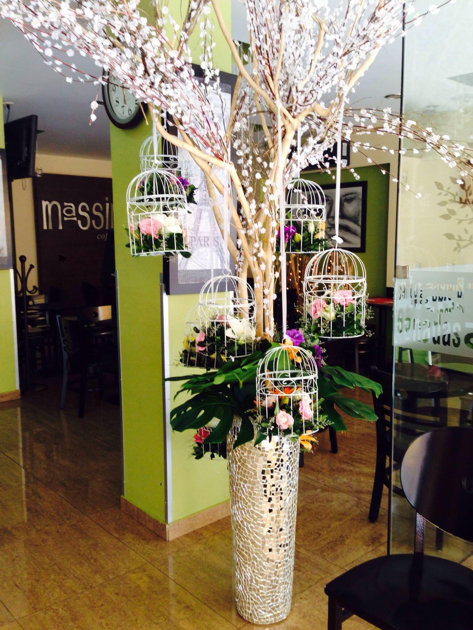 Composición floral y jaulas
