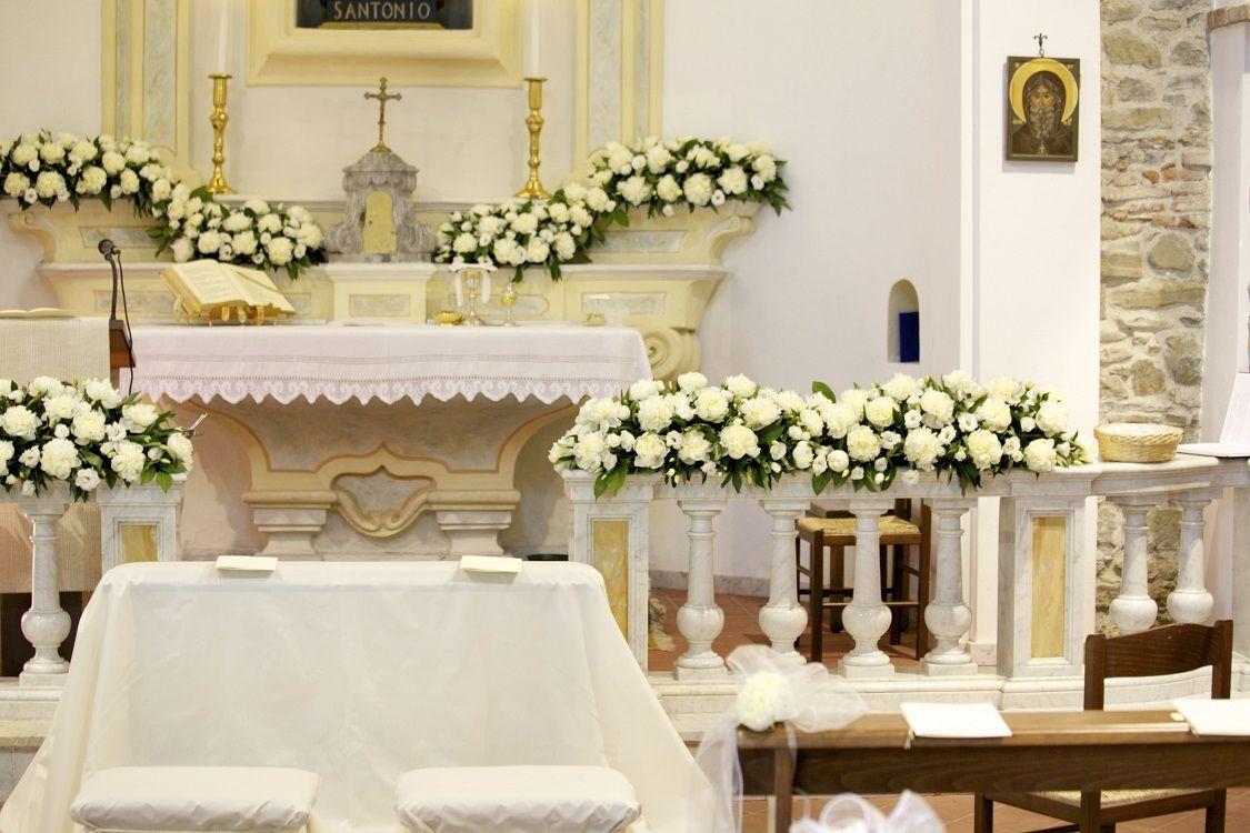 Allestimento In Chiesa Con Peonie Bianche White Peonies In The Church Decorazioni Per La Chiesa Addobbi Floreali Matrimonio Composizioni Floreali
