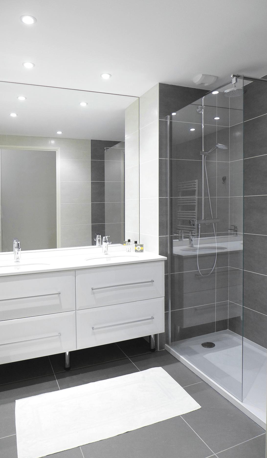Une salle de douche avec receveur extra plat et double ...