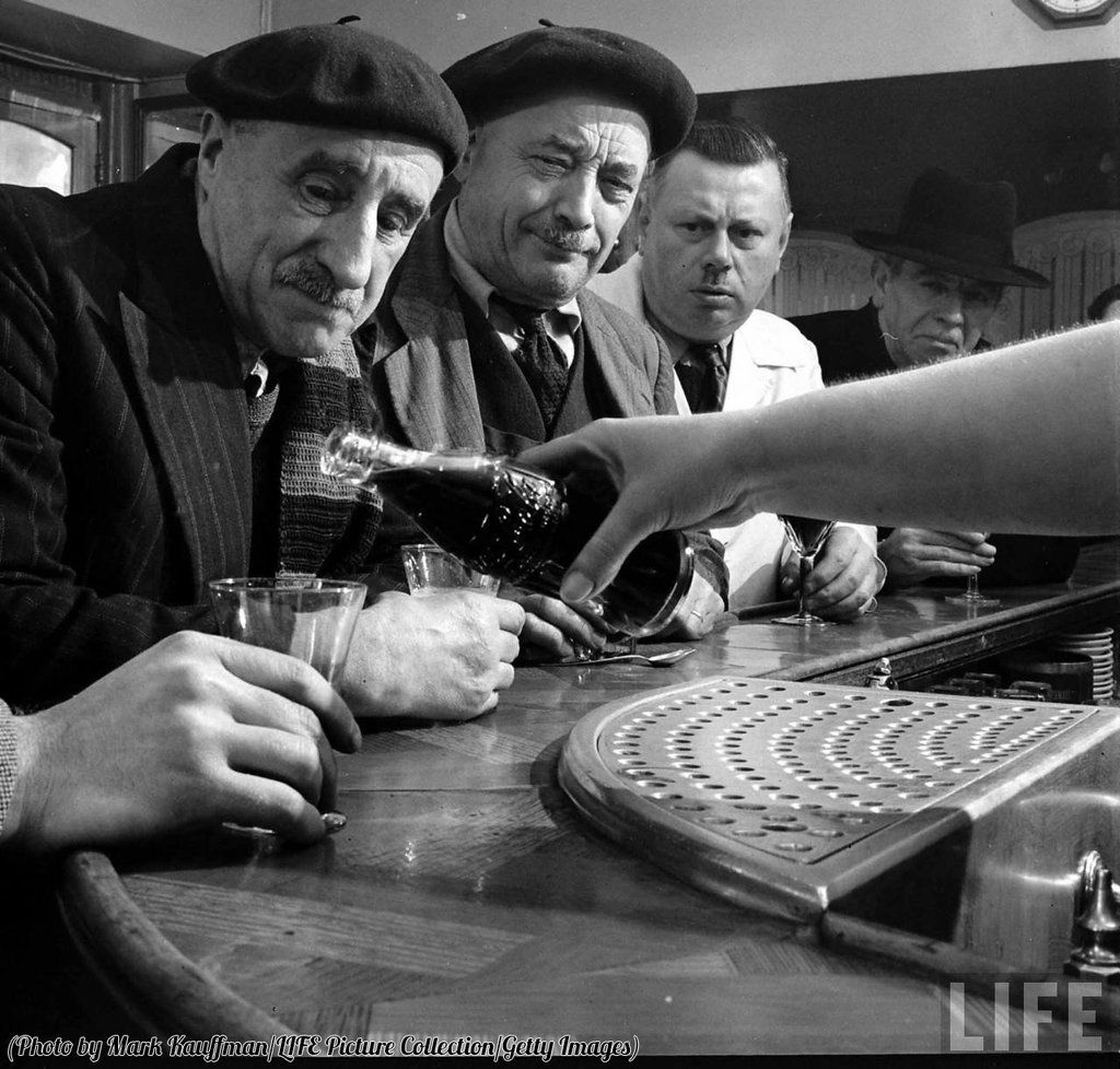 Parisians bar patrons try Coca Cola for the first time when it makes it's way to France in 1950. https://t.co/14SNiVxore