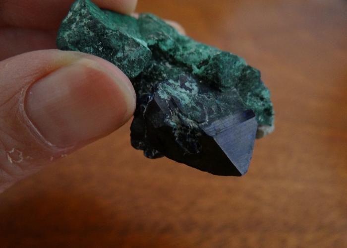 ESPECIMEN DE AZURITA EN MALAQUITA BELLA FORMACION PIRAMIDAL DEL CRISTAL DE AZURITA DE UN COLOR AZUL INTENSO, PROCEDENTE DE MILPILLAS, SONORA. https://www.kichink.com/buy/711353/mexico-mineral/azurita-con-malaquita-mec043#.VsJSxvLhCM8