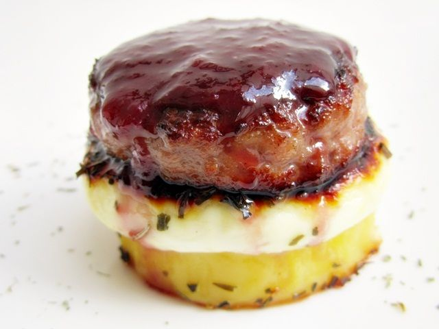 Tapa de mini hamburguesa con queso y confitura de cerezas