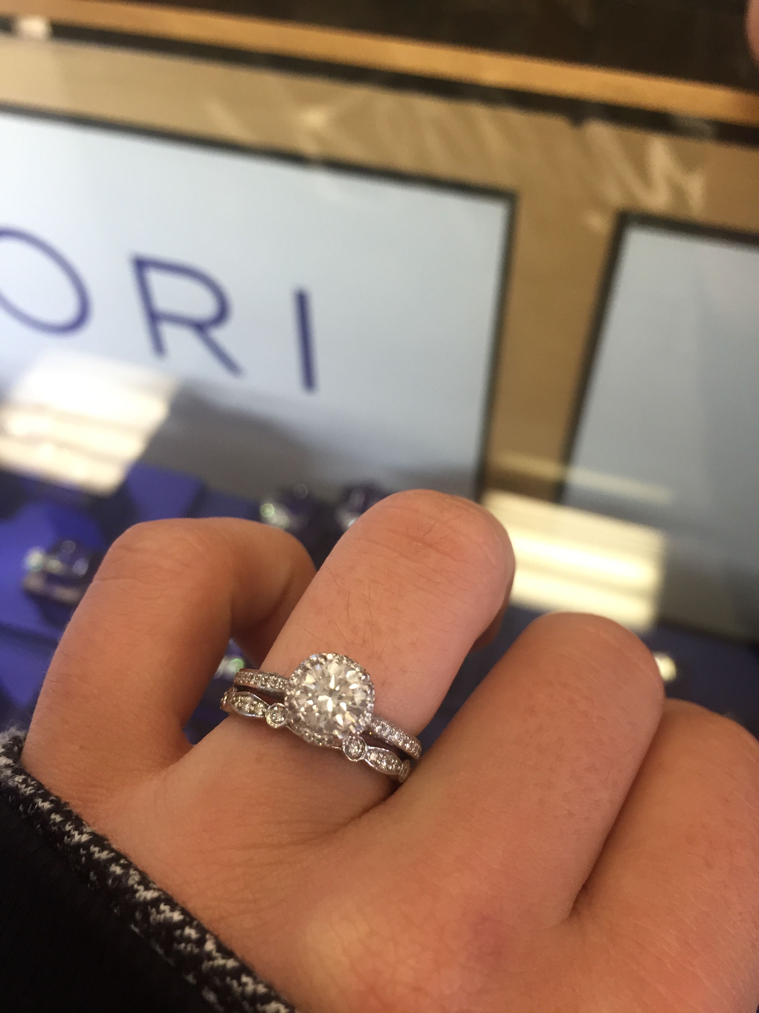 LOVE the mismatched band with the round halo! Square