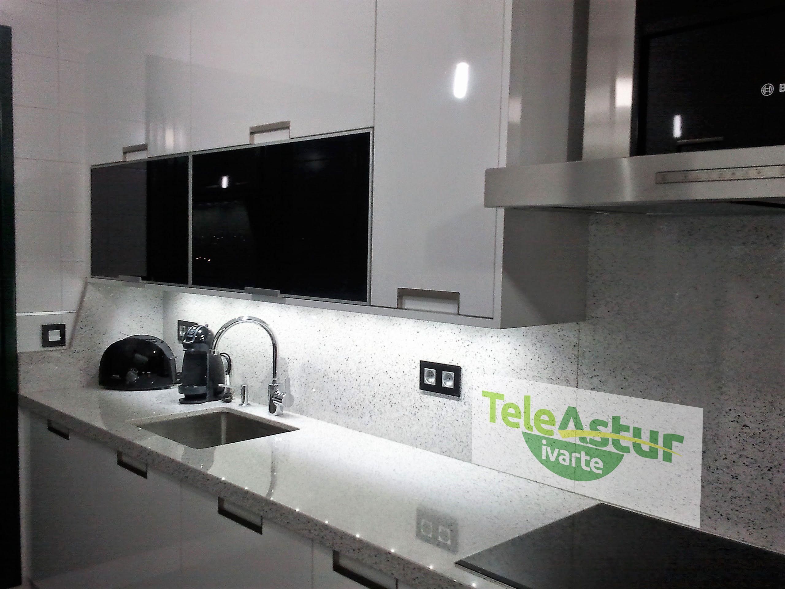 Cocina En Alto Brillo Blanco Tiradores De Acero Y Luces Bajo Muebles Altos Www Teleastur Es Muebles Brillo Blanco Minimalismo Decoracion