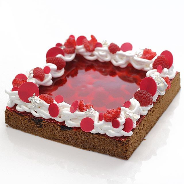 I am excited to be teaching in Chicago USA this year at @chicagochocolateacademy in September. I am developing some new concepts and recipes for the entremets, tarts & petit gateaux class. For all the details visit www.chocolate-academy.com This is a baked raspberry tart with an isomalt top and meringue frame. #Chicago #classes #entremets #tarts #petitgateau #savourschool #kirstentibballs #raspberry #callebaut