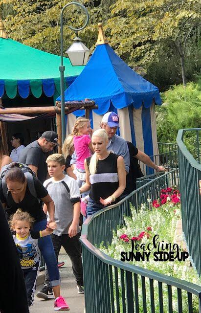 Blake Shelton And Gwen Stefani At Disneyland Blake Shelton S First Time There Http Teachingssu Gwen Stefani And Blake Blake Shelton Blake Shelton And Gwen