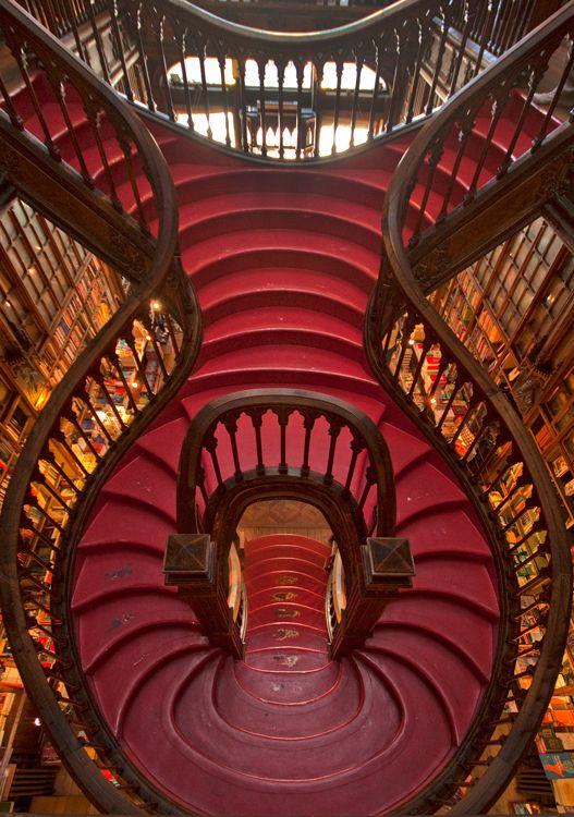 Livraria Lello, Porto, Portugal.. Una de las más hermosas escaleras ...