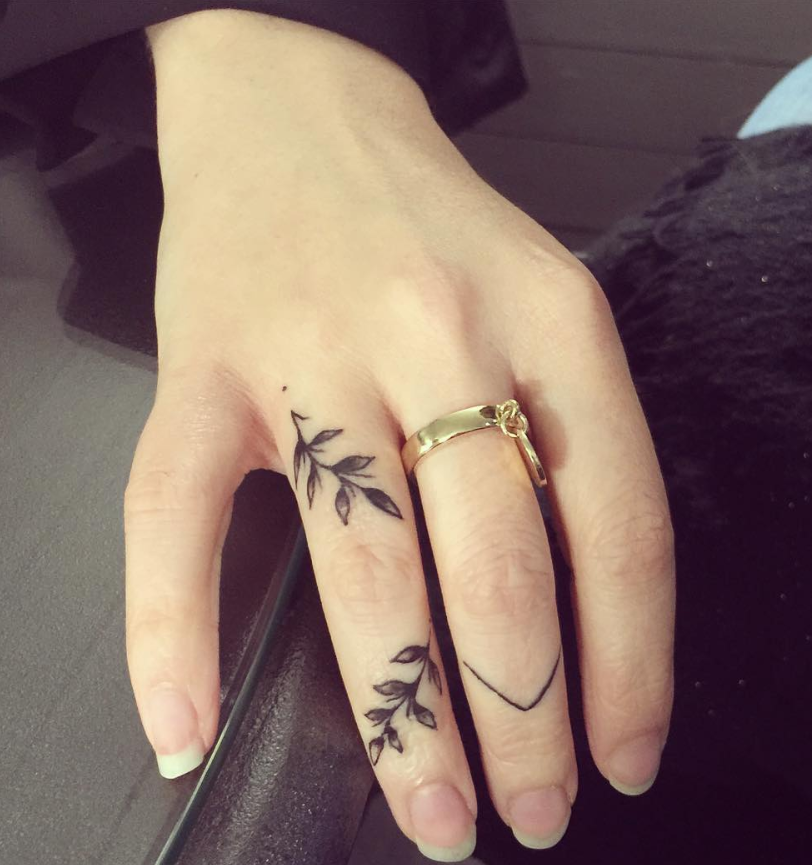 54 Exquisite Tiny Finger Tattoo Ideas Of Minimalist Ink For Woman Tiny Finger Tattoos Finger Tattoos Finger Tattoo For Women