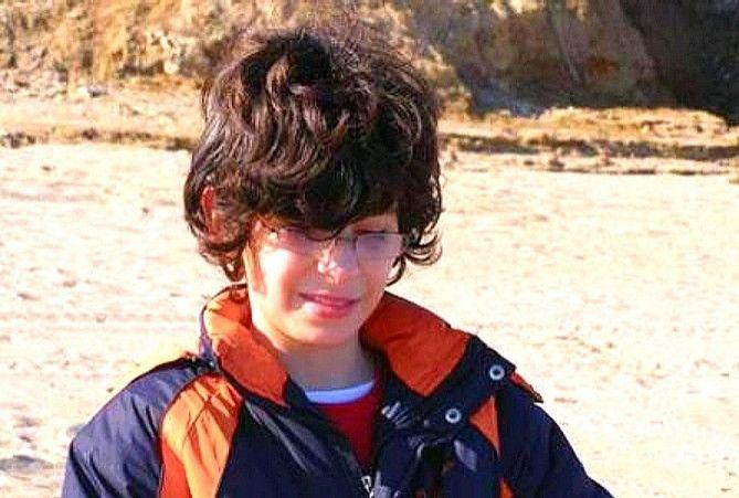 """Radu, copilul din două lumi ____ Radu Alexandrescu are 14 ani şi a fost diagnosticat la 5 ani cu autism înalt funcţional. Este un elev eminent, are un dosar plin cu diplome de la toate concursurile şi olimpiadele care s-au ţinut de cînd a început şcoala. A ratat doar Olimpiada de Religie, pentru că s-a suprapus cu Concursul de Evaluare Europeană la Matematică. Este foarte atent la ore şi, după cum spune chiar el, """"eu nu învăţ…"""