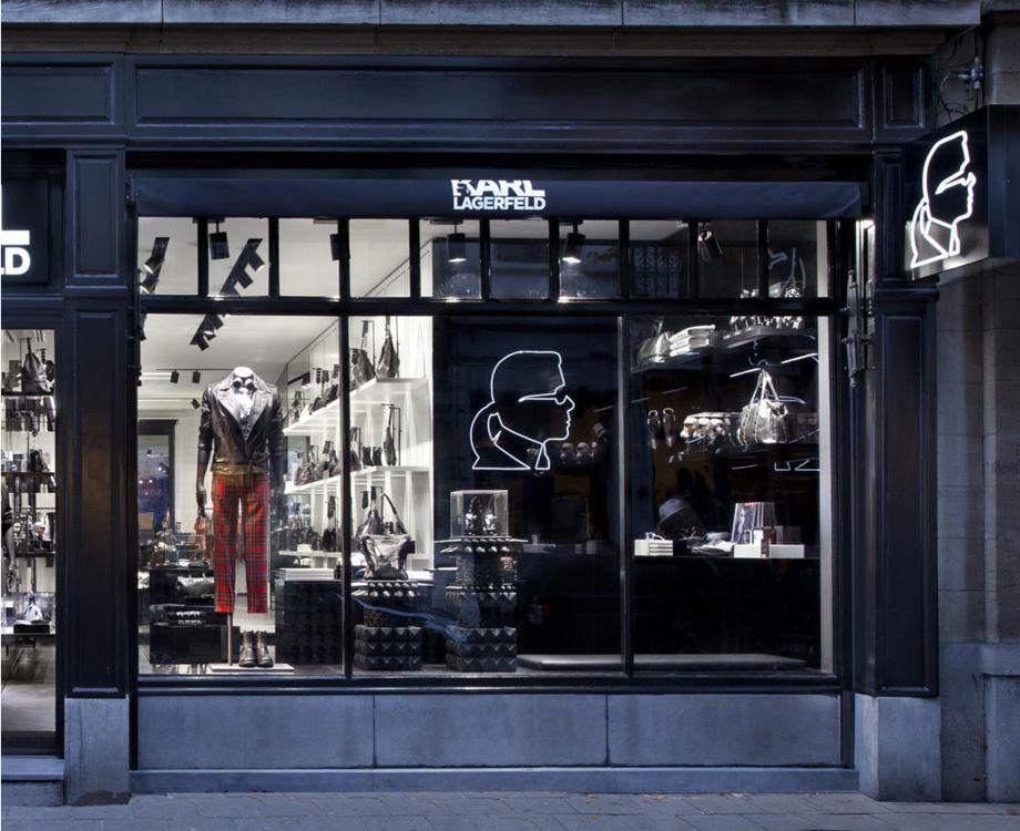 KARL LAGERFELD Store in Antwerp - Karl Lagerfeld O kaiser Karl Lagerfeld se reinventa a cada coleção refrescando sua marca clássica e escondendo sua própria idade.