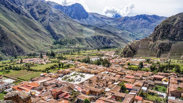 Ollantaytambo en Cusco, Perú.Vista panorámica del pueblo y del complejo arqueológico