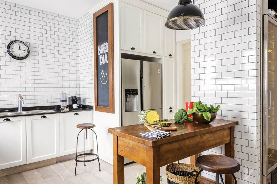 Una cocina con subway tiles y carpintería de hierro Azulejos