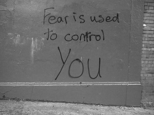 la paura è usata per controllarti!