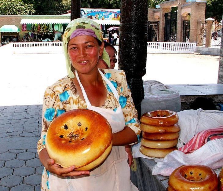 Uzbek woman #bread#market #uzbek