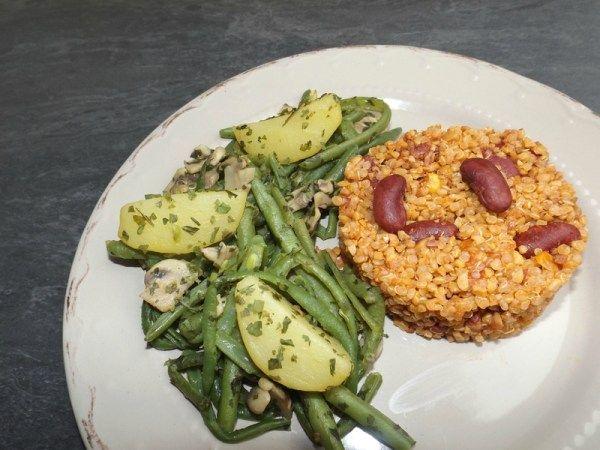Poêlée de champignons, pommes de terre et haricots verts (à l'ail et au persil) Voici une poêlée végétarienne facile à faire et qui ne manque pas de saveurs !