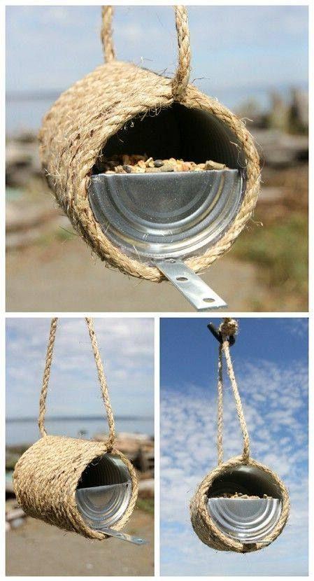 Voederhuisje gemaakt van een blikje en wat touw, let wel op dat het dekseltje niet scherp is.