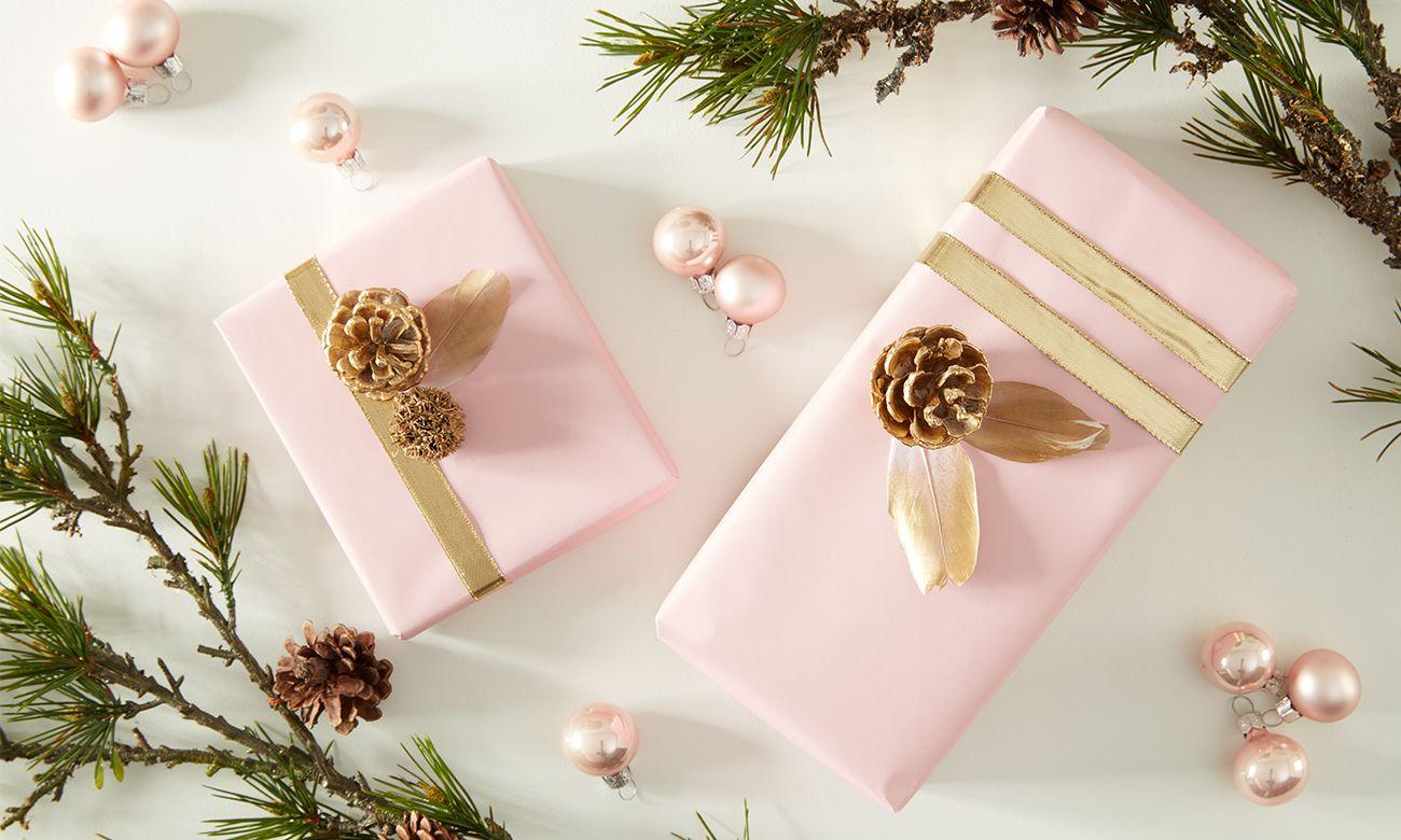 weihnachtliche-geschenkverpackung mit Gold und Tannenzapfen