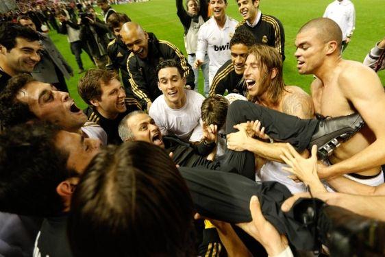 Manteado  José Mourinho celebra jungo con sus jugadores tras ganar la liga de fútbol en el Estadio del San Mames, Bilbao  Cesar Manso / AFP