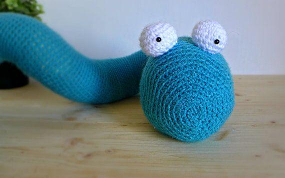 Lasciate che vi presenti il mio simpatico serpente amigurumi alluncinetto Schlange! Questo dolce animale tutto da coccolare è bello grande: lho