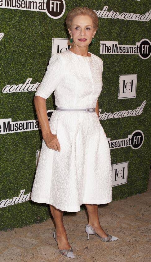 """La elite de la moda neoyorquina rindió homenaje este miércoles a una de sus más distinguidas figuras, Carolina Herrera, entregándole el máximo premio del Consejo de Costura del Instituto de la Moda en Nueva YorK. La diseñadora quiso prevenir a las 'fashion victims': """"Piensen un poco. Es mejor vestirse bonita que rara""""."""