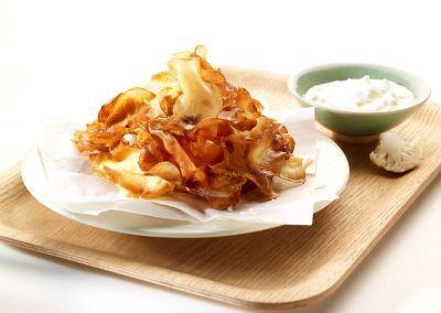 Aperitiefhapje: recepten #koudehapjes Pastinaakchips met bloemkooldip #koudehapjes