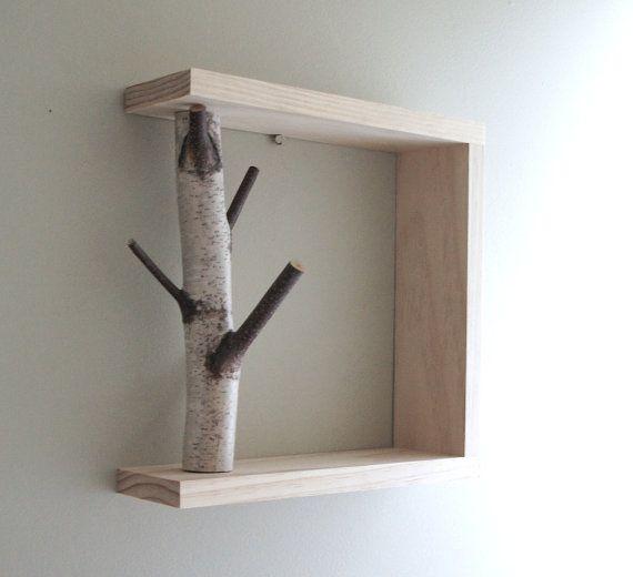 Das weiße Birke Wald Wand Kunst/Regal wird aus Maine weiße Birken und Kiefern Rahmen hergestellt. Sie lassen es freistehende oder hängen Sie es an der Wand. Auf der Rückseite für einfache Rate werden zwei Schlüsselloch Laschen gebohrt. Hier erhalten Sie einen ähnlichen Artikel auf dem Foto gezeigt.  Größe: 12 x 12 x 3 1/2  Versand: USPS  -Dieses Produkt wird auf Bestellung gemacht- Bitte erlauben Sie 7-10 Tage um Ihre Bestellung abzuschließen.  Erkunden Sie ähnliche Elemente…