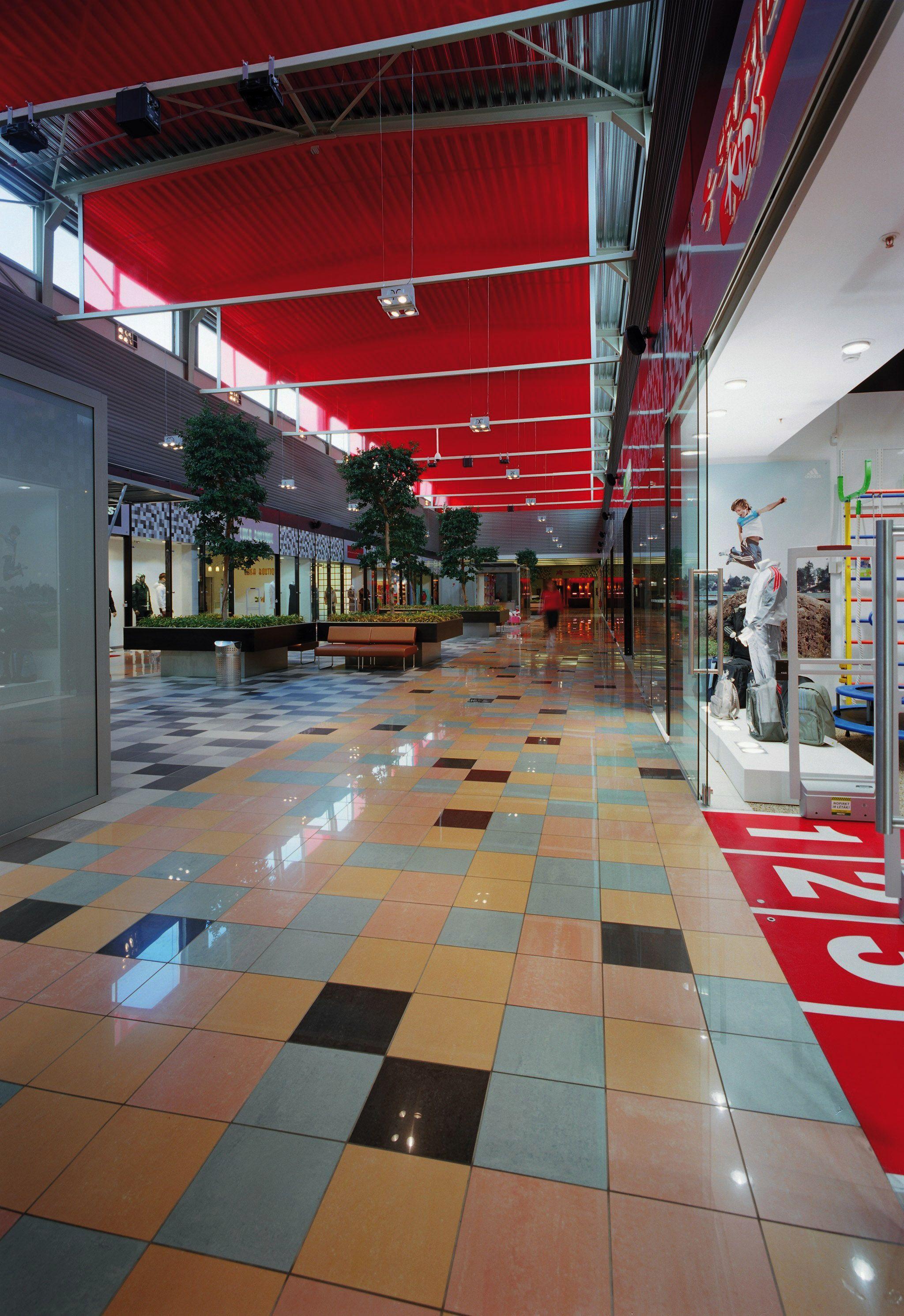 """Lo spazio commerciale si caratterizza per l'originale composizione cromatica a """"pixel"""" che ricopre completamente la pavimentazione ceramica, ottenuta con piastrelle di piccolo formato (30x30). Per approfondimenti: http://www.casalgrandepadana.it/index.cfm/1,936,0,0,html/Sky-Shopping-centre-Riga-Lettonia"""