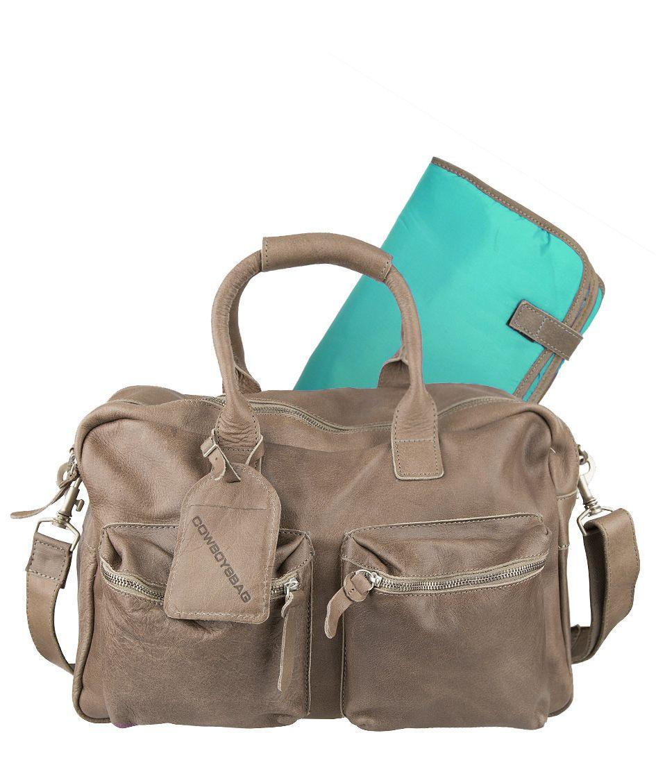 De+bestseller+van+Cowboysbag+is+nu+uitgevoerd+als+luiertas+met+verschoningsmatje!+Deze+praktische+tas+is+gemaakt+van+leer+en+heeft+een+vuil+afstotende+binnenkant.+De+tas+heeft+ontelbaar+veel+vakjes+voor+flessen,+spenen,+luiers+etc.+In+de+tas+zit+een+zacht,+met+leer+afgewerkt,+verschoningsmatje.