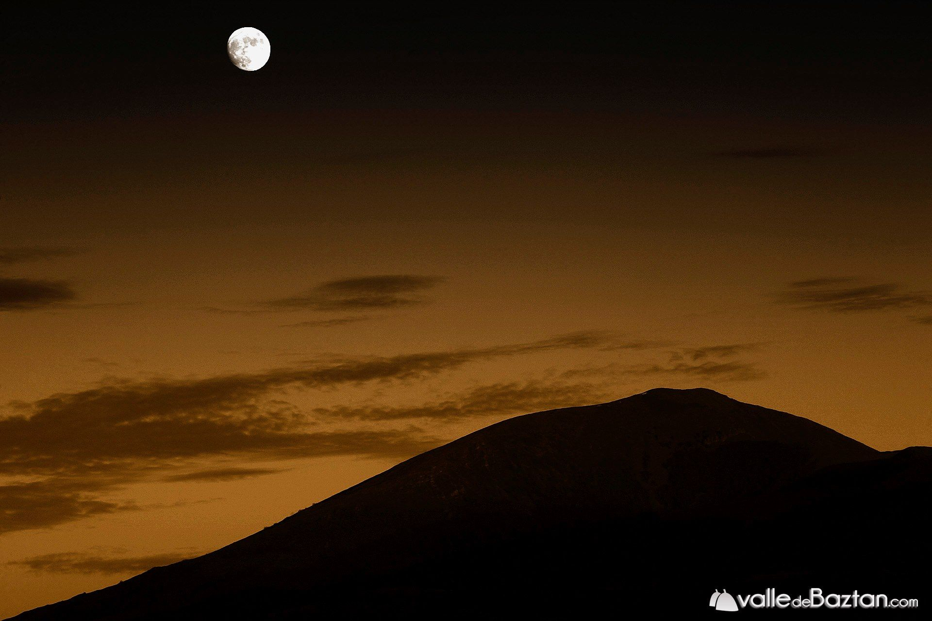 2013-12-18 Ilergie Auzan gibeletik, Baztango bigerren kaxkoik altuena.--- La luna sobre el monte Auza, segunda cumbre en altura del Valle.
