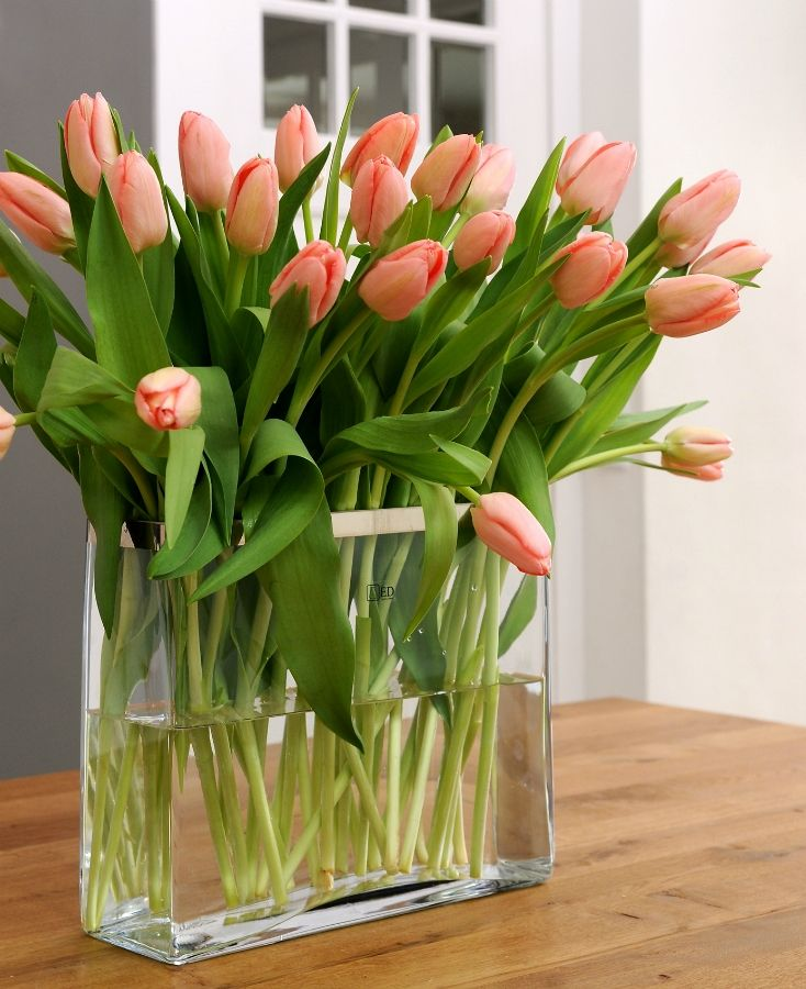 Тюльпаны в вазе на столе фото