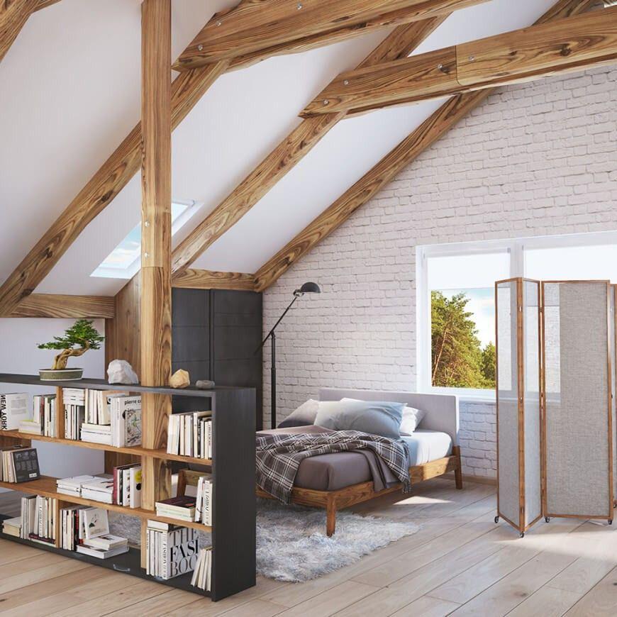 Das Schlafzimmer ist durch eine große Bücherregal und Leinwand ...