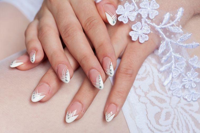 Unghie french bianco decorate, stiletto lungo con disegni, vestito sposa  bianco con pizzo