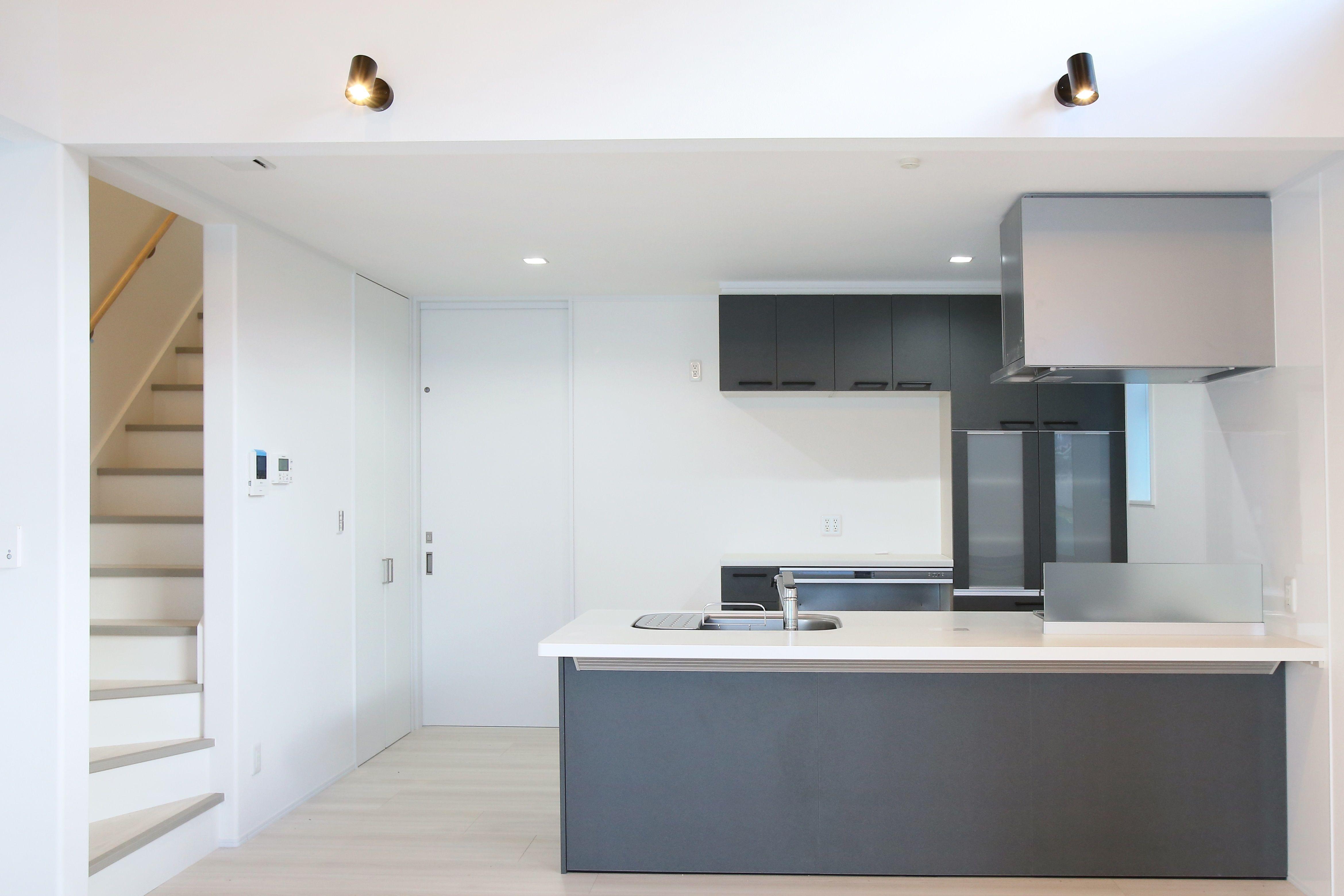 白基調のldkにグレーのキッチンが映えますね 建築実例 キッチン