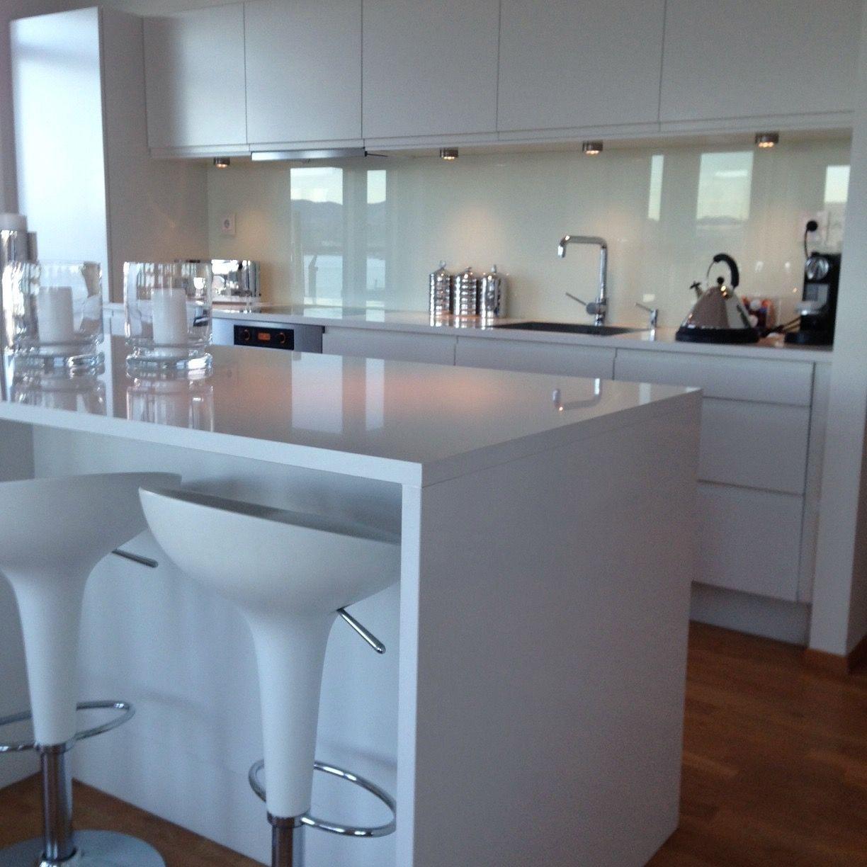 Moderne Kjøkken inspirasjon med hvit kompositt benkeplate ...