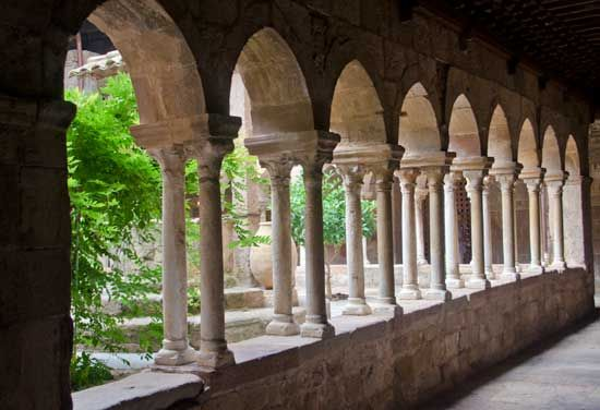Lou sueil the cloister at le thoronet abbey provence for Balsan france