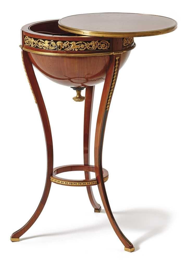 zierlicher halbglobustisch wien um 1800 auf drei schlanken unten durch einen reif verbundenen. Black Bedroom Furniture Sets. Home Design Ideas