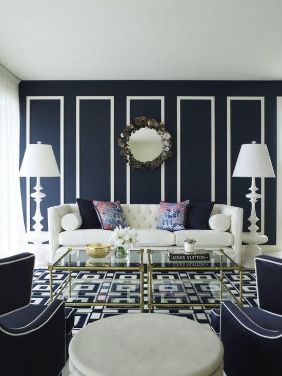 Klassieke woonkamer met donkerblauwe muur en witte details ...