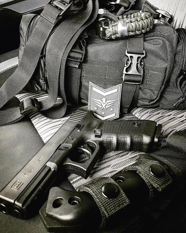 Just a few things I like to keep in the truck. What's your favorite #edc gear?  *** #edcdaily #tacticallife #edcknife #everydaytactical #tactical #survivalskills #prepping #tacticalcarry #survivalgear #gunsandknives #2A #donttreadonme #glock #glock17 #glockporn #pewpew #pewpewlife #2ndamendment #guns #protectyoursel