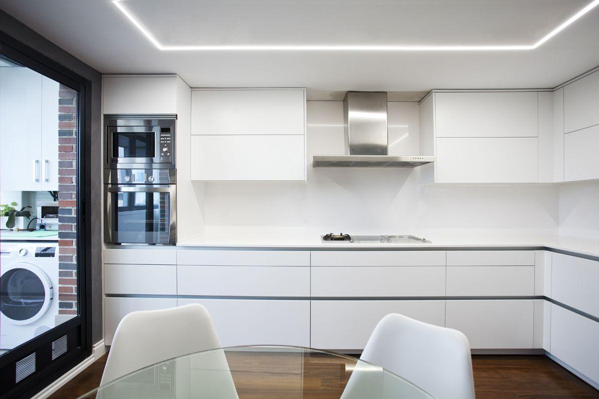 Amplia cocina en sencillas lineas blancas,para potenciar detalles ...