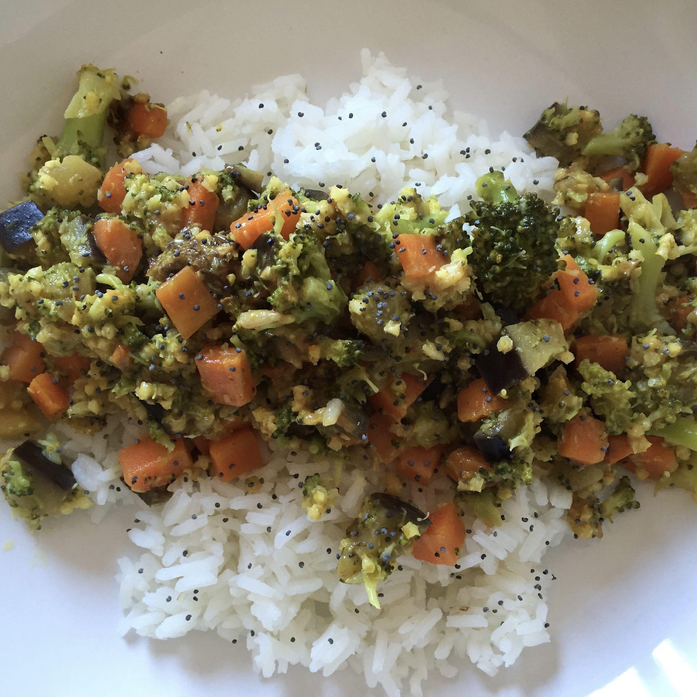 Verduras y Arroz - Zanahorias cocidas - Brócoli - Berenjenas en cubos y a la plancha - Cebolla, Ajo y Apio  - Aceite de oliva y Limón - Arroz Basmati - Semillas de Amapola