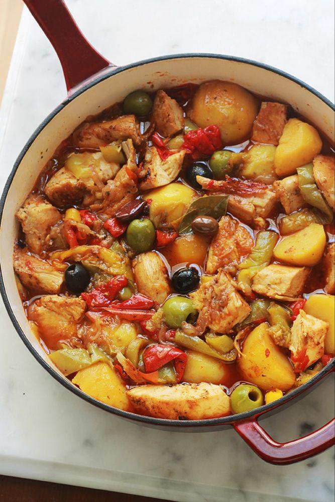 Poulet aux poivrons et pommes de terre fondantes en sauce tomate