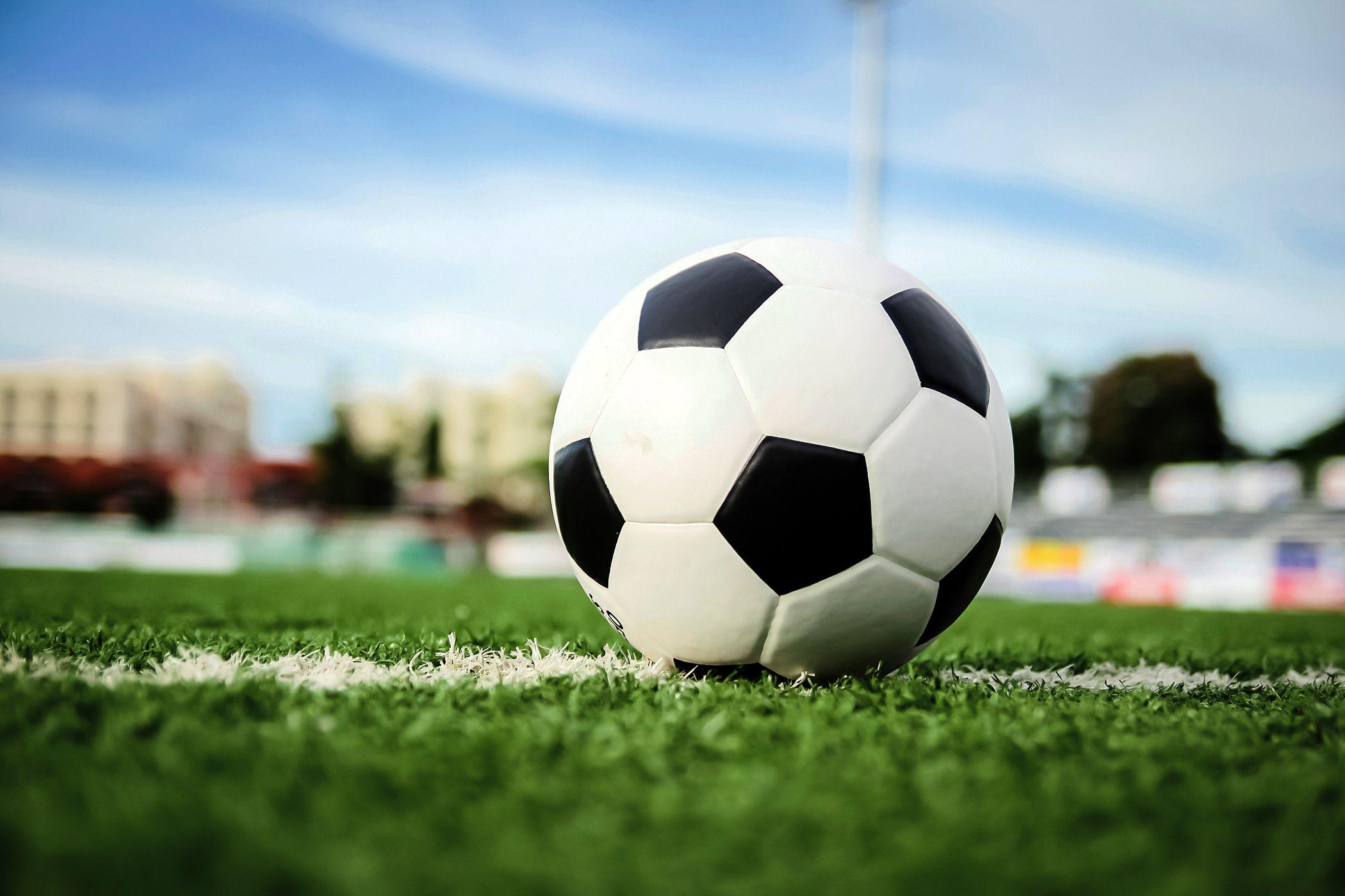 Me gusta jugar fútbol en mi tiempo libre.