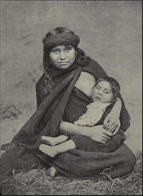 Madre Mapuche con su hijo. Fotografía 1910.