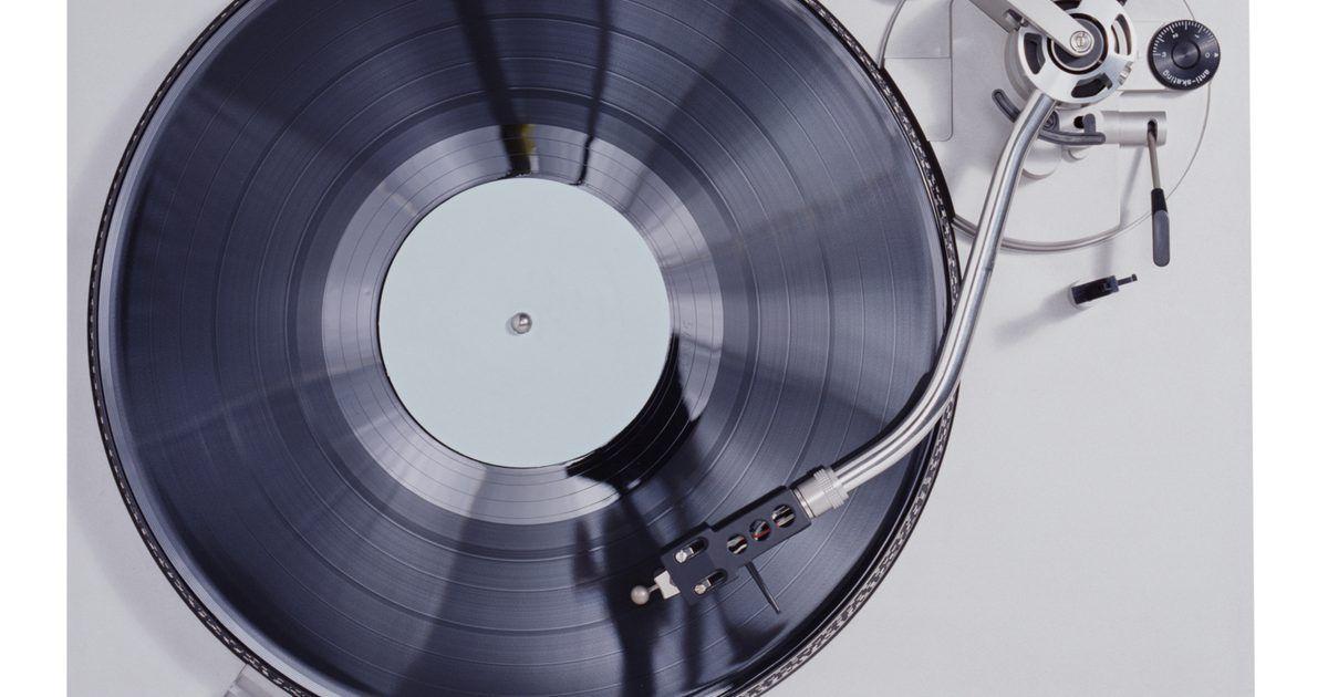 Como reparar a correia de um toca-discos. Os reprodutores de discos eram o jeito mais usado para tocar música antes dos toca-fitas e, mais tarde, os leitores de CDs assumiram o lugar. Quando a correia do toca-discos está esticada, rachada ou quebrada, será preciso repará-la antes de poder usar novamente.