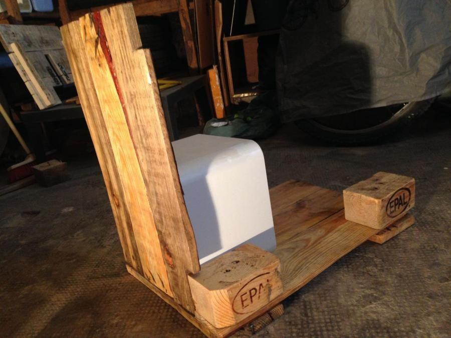 Montage der ersten Seitenwand Palettenholz, Unterschrank