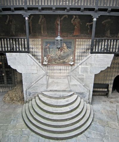 Torino: Medieval staircase with St. George the dragonslayer [in Borgo Medievale] >> Sfoglia le Offerte!