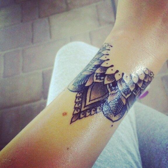 Un tatouage manchette mandala tatouages pinterest tatouages tatoo et tatouage poignet - Tatouage manchette mandala ...