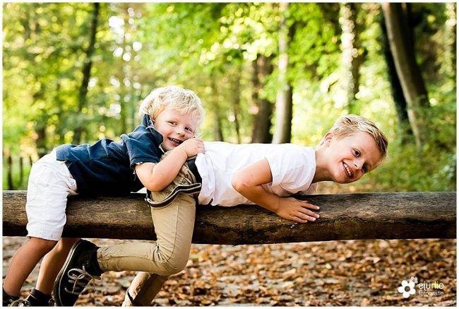 Super Kinderfotograaf: 2 jongens in het herfstbos in Limburg 04.10.14 XF-69