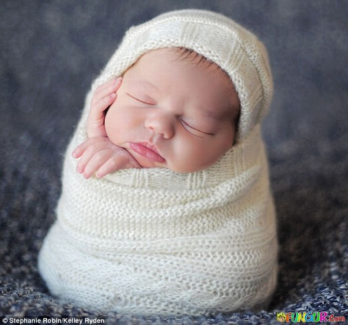 All Bundled Up Not Sure How They Wrapped This Baby But Its Cute Sleeping Baby Pictures Cute Funny Babies Baby Pictures